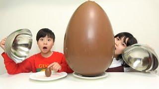 小さい食べ物 VS 大きい食べ物 巨大チョコエッグ こうくんねみちゃん small food VS big food Mukbang