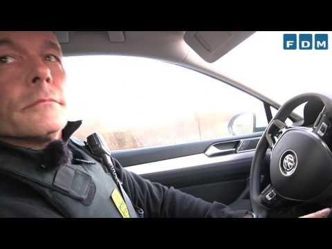 Politi på patrulje i bil med automatisk nummerpladegenkendelse