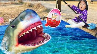 Brincando de peixe de brinquedo na piscina