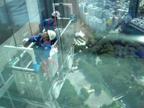 Window cleaners high up in Tokyo