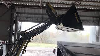 Погрузка кукурудзи трактором