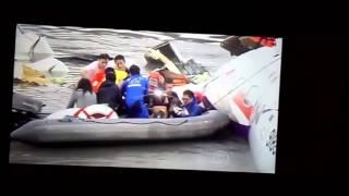 Avião cai em Taiwan e atinge um carro e uma ponte,impressionante.