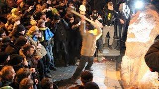 ウクライナ反政府デモ ソ連時代のシンボル「レーニン像」なぎ倒す