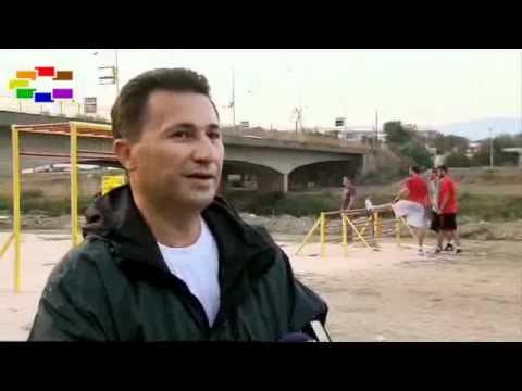 Никола Груевски со велосипед на кеј