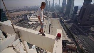 Backflip perché sur une tour de 414 mètres de haut !!!!!