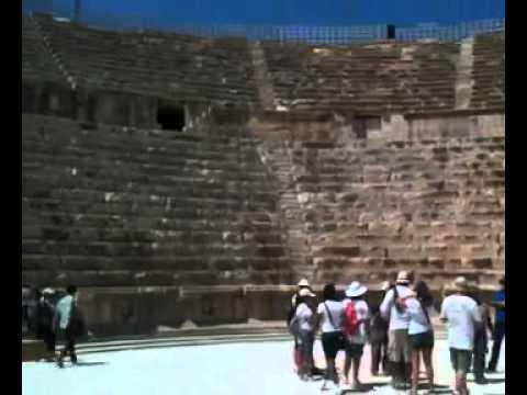 Entrando em um dos anfiteatros das ruínas romanas de Jerash, perto de Amã, na Jordânia.