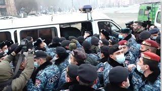 Ոստիկանները բերման են ենթարկում կառավարության շենքի դիմաց ակցիա իրականացնող քաղաքացիներին