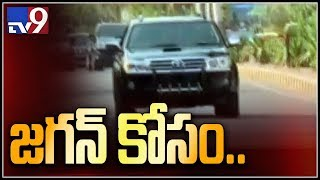 YS Jagan reaches Hyderabad and on his way to meet Governor - TV9