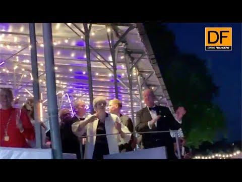 """May lo vuelve hacer: La primera ministra británica vuelve a bailar """"Dancing Queen"""""""