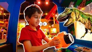 Toquinho Brinca de Tirar Fotos de Dinossauros e se Diverte no Parquinho