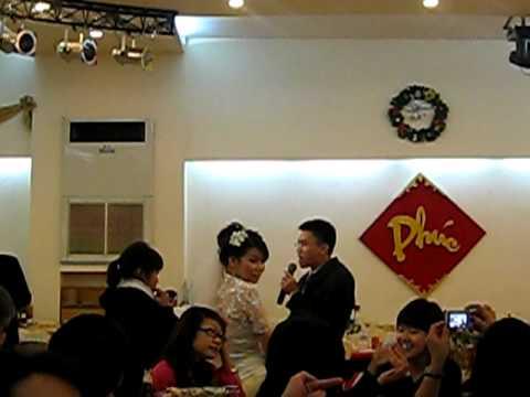 Chú rể Vinh hát tặng cô dâu Mai trong ngày cưới