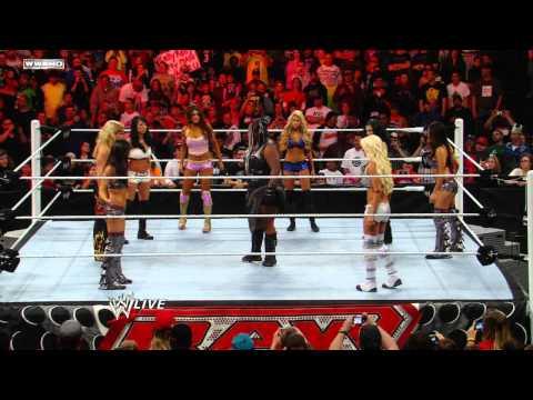 Raw: Eight-Diva Tag Team Match