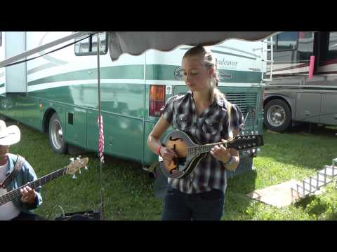 Susanna Heystek met Oukraalliedjie - Leslieville Antique Days - Potjiekos
