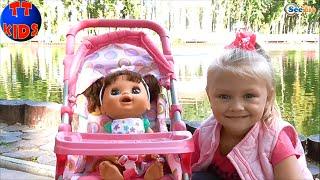 ✔ Кукла и Ярослава на Прогулке в Парке на озере / A Baby Alive Doll goes for a walk in the park ✔
