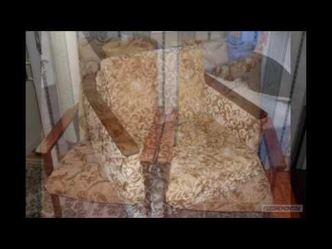 Старые кресла с деревянными подлокотниками