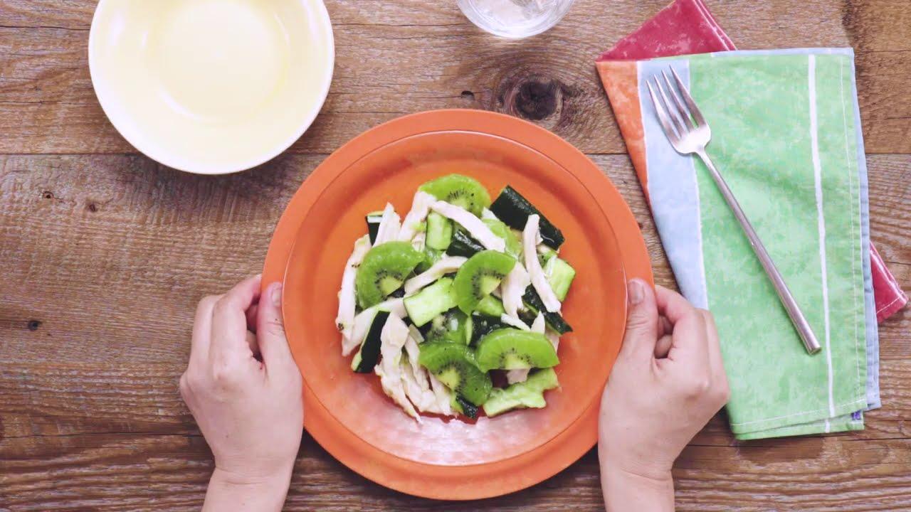 凍ったキウイでヒンヤリサラダに!きゅうりとサラダチキンのフローズンキウイサラダ