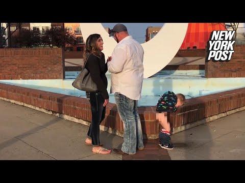 Un travieso niño acapara toda la atención en la pedida de mano de su madre