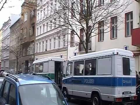 Nach der Zwangsräumung der Lausitzer Straße 8 war die Polizei noch Stunden danach präsent
