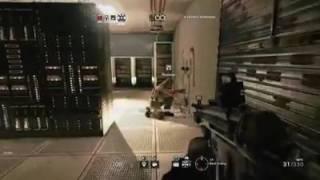 Un soldat fait une femme nu avec son arme