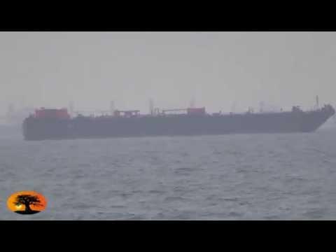 Un bateau sur le point d'accoster au port de Lomé, explose et prend feu en pleine mer.