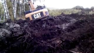 Экскаватор закопал сам себя и пытается выбраться, но застревает ещё сильнее(Разработка залитой водой траншеи экскаватором CAT для прокладки газопровода в заболоченной местности, Сибт..., 2013-04-22T06:16:00.000Z)