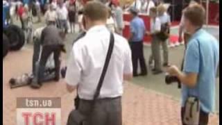 Охрана Януковича повалила журналиста на пол видео   Украина   ТСН ua(, 2010-06-22T21:50:38.000Z)