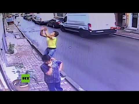 Un adolescente atrapa al vuelo a una niña de 2 años que cayó por una ventana