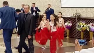 Девочки танцуют на свадьбе