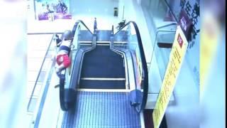 Bé trai rơi từ tầng 2 vì nghịch thang máy cuốn