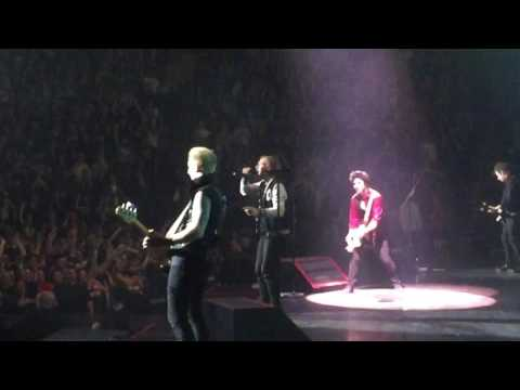 Guy gets called onstage at GREEN DAY in Montréal on his birthday!