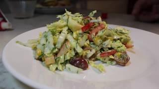 Изысканный салат из пекинской капусты, болгарского перца, яблока и винограда