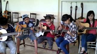 Lớp học Guitar đang tập Sunflower