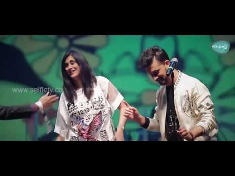 Atif Aslam With A Female fan Singing Tere Sang Yaara || Dubai Festival 2017