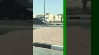 بالفيديو.. تصرف غريب من سائق سيارة مع لوحة تحمل اسم «شارع نائف بن مالك»