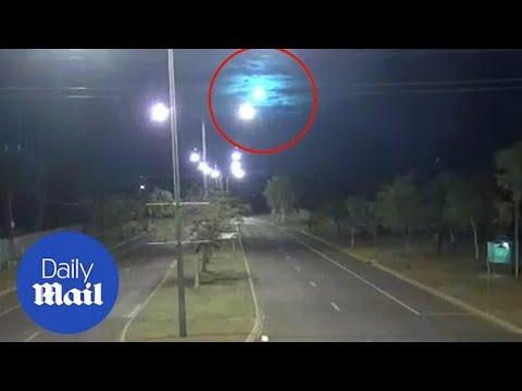 Meteor causes blue and purple light to illuminate the sky over Australia