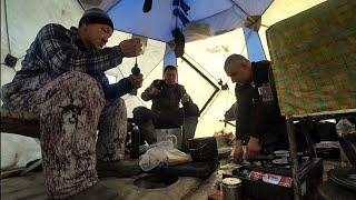 Этот дикий утренний клев не даёт рыбакам даже позавтракать! Якутия Yakutia