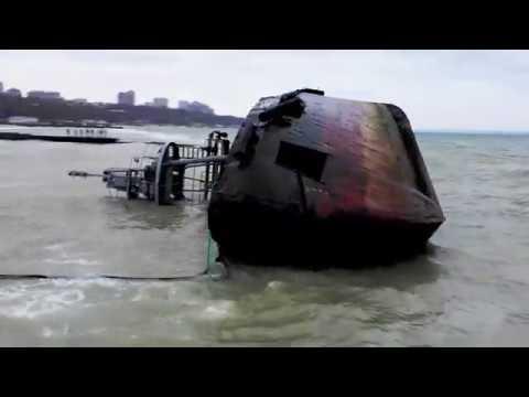 Место крушения танкера в Одессе превратилось в фотозону / Кротко