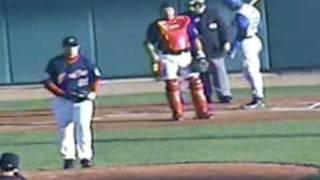 審判にバット投げる   Bat hit the umpire thumbnail