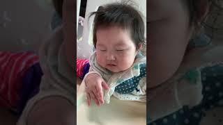이유식 먹으면서 자는 아기