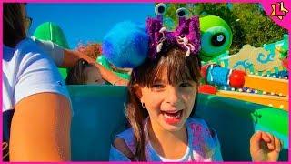Laurinha Finge Brincar No Parque de Diversões Disney Animal Kingdon