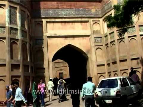 Agra Fort : The powerful fortress of red sandstone