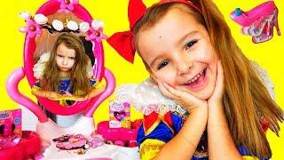 Девочки играют в принцесс Белоснежка собирается на БАЛ