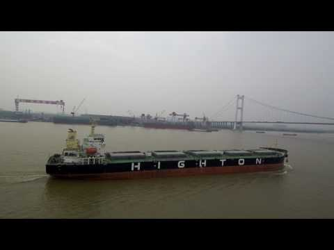 Visiting several ships on the Yangtze river (xiaomi mi 4k drone)