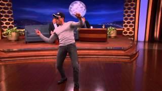 MP3 MBA Van Damme feat. Conan O'Brien bailan EN DIRECTO Una vaina loca - Fuego Photo