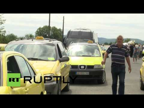 Macedonia: Taxis line up at Greek border to pick up refugees