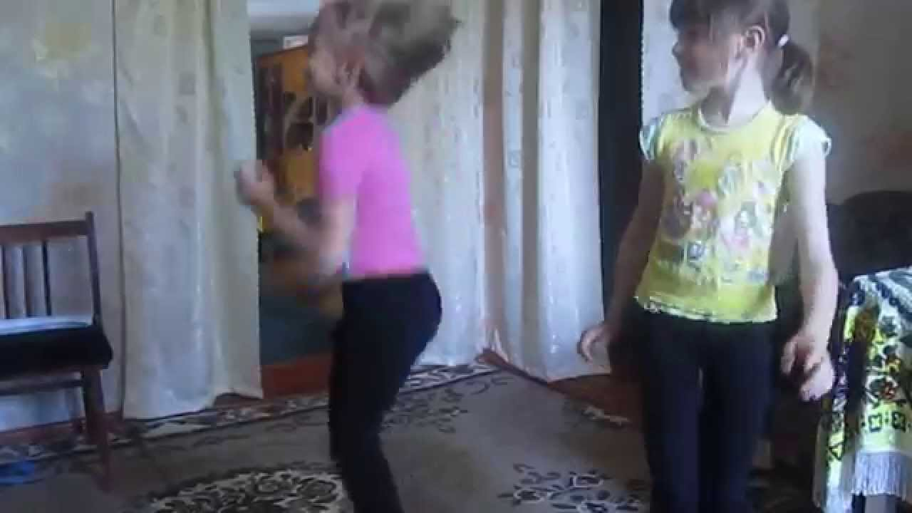 танцуют маленькие девочки