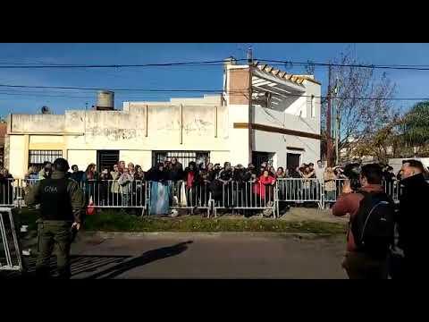 Vecinos a favor y en contra del presidente frente al club Ciclón