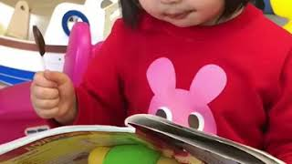 Foodie XiaoMan 超萌小吃貨~小蛮殿下早前打完流感疫苗針獎勵一個捧捧糖...多滿足💖🍭💉🤤 #sweet #baby #eatingmachine #小蛮 #xiaoman