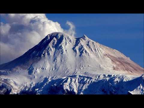 Проснулся активный вулкан. Пепел летит высоко в воздух, угрожая всему живому.