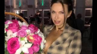 Эвелина Бледанс надела пиджак на голое тело для вечеринки в баре